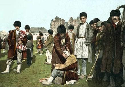 kolorierte Postkarte: Tataren lassen sich auf Wiese Haare schneiden - 1920