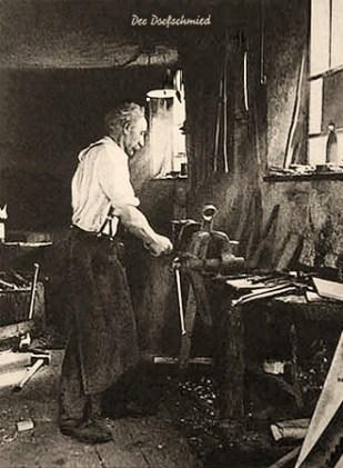 sw Postkarte: am Schraustock arbeitender älterer Schmied - 1900