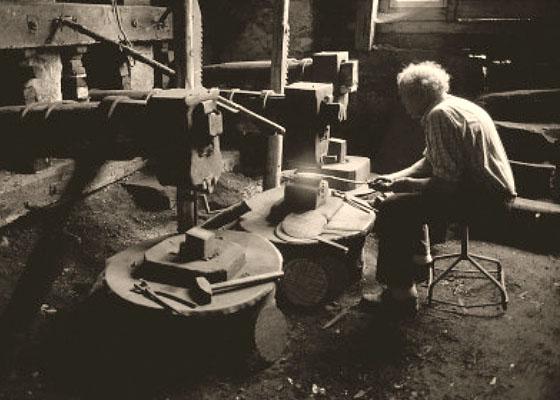sw Foto: älterer im Sitzen arbeitender Hammerschmied - 1900