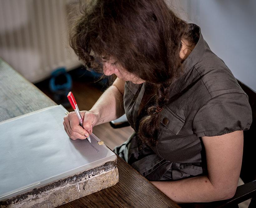 Frau zeichnet