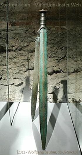 Farbfoto: Schwert in einer Glasvitrine
