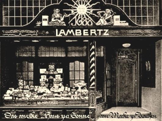sw Fotopostkarte: zeigt den Ladeneingang mit Sonnensymbol darüber - 1900, Aachen