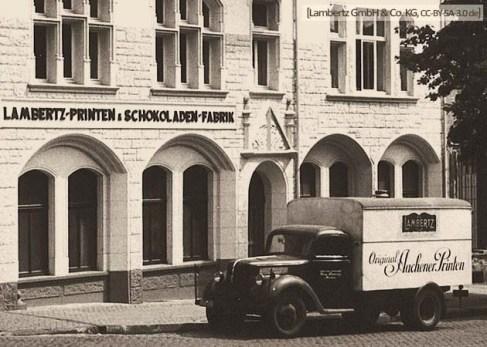 sw Foto: 'Original Aachener Printen' Lieferwagen vor Fabrikfassade - 1950
