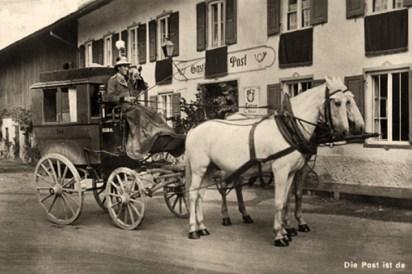 sw Fotokarte: mit Zweispänner vor Gasthof zur Post wartender Postkutscher bläst ins Horn