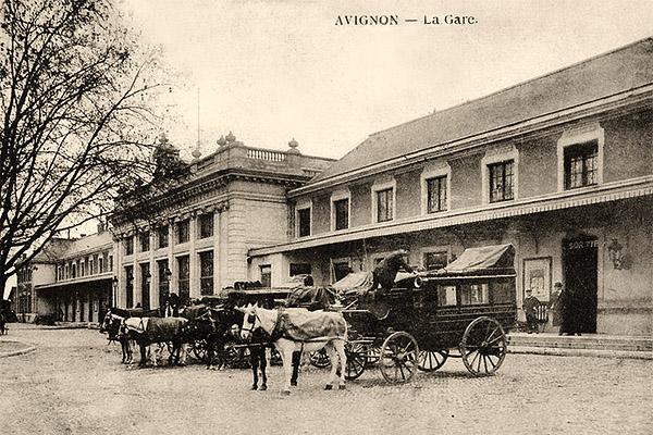sw Fotokarte: mehrere vorm Bahnhof wartende Postkutschen