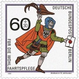 Briefmarke: Bote mit Brief in der Hand schwenkt Federhut beim Laufen