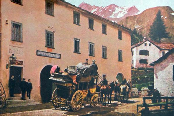 farbige Künstlerkarte: abfahrbereite Postkutsche vor Poststation in den Bergen