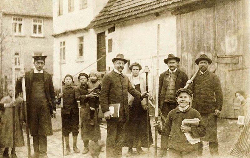 altes Foto: Männer und Jungen mit Abmessstangen