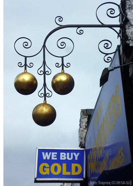 Farbfoto: Pfandleiherzeichen - 3 goldene Kugeln an Ausleger über Ladenschild - 2013, Engl.