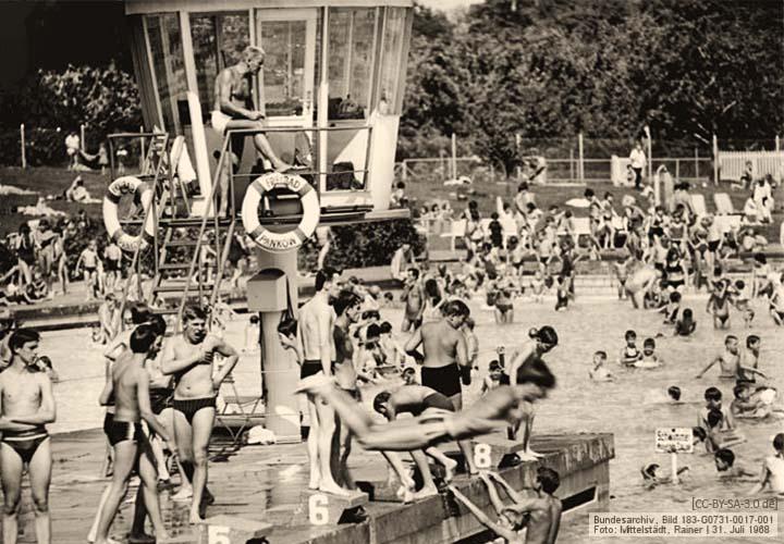 sw Foto: Bademeister auf Beobachtungsturm im Freibad Berlin-Pankow - 1968
