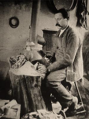 sw-Foto: Mann fertigt Knöpfe aus Bein