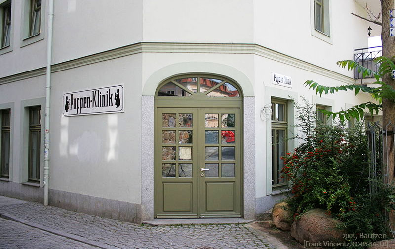 Farbfoto: Eingang zur Bautzener Puppen-Klinik