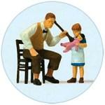kl. Rundbild: Puppendoktor untersucht Puppe mit Hörrohr