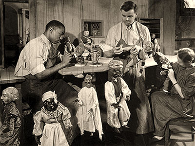 sw Foto: Männer und Frauen fertigen Marionetten an