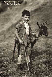 sw Fotopostkarte: kleiner Hirte mit schwarzer Ziege