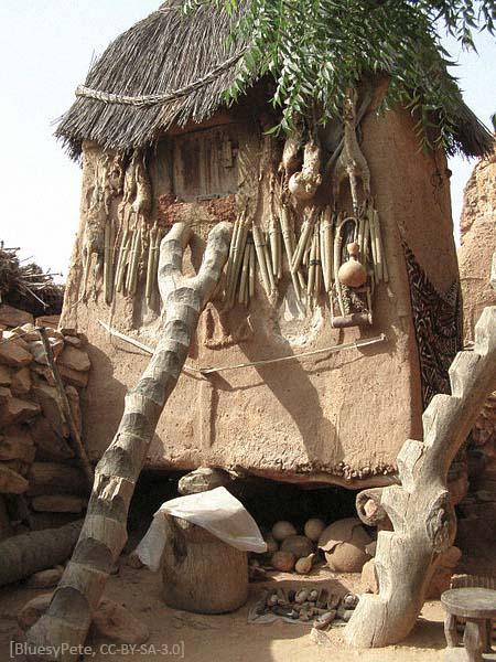 Farbfoto: Holzstamm mit stufenartigen Ausschnitten - 2007, Mali
