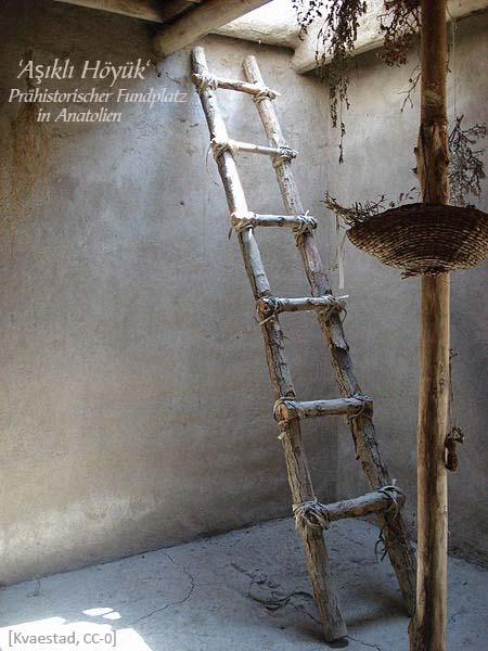 Farbfoto: Rohholzleiter mit festgebundenen Holmen - 2010, Türkei