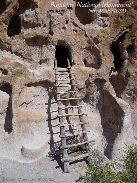 Farbfoto: Rohholzleiter als Aufstieg zu antiker Wohnhöhle in Fels - 2011, USA