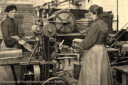 sw Foto: Frauen verpacken Streichholzschachteln maschinell zu Paketen - 1908