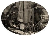 sw Foto: Streichholzmacher zerteilen Holzstämme mit einer Maschine