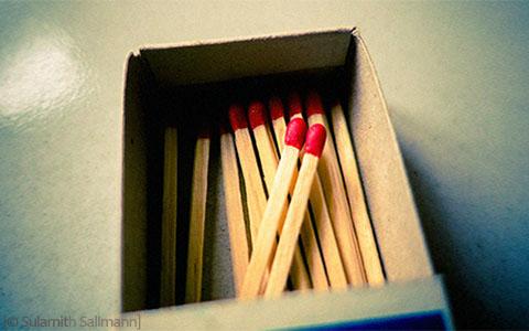 Farbfoto: Zündhölzer in geöffneter Streichholzschachtel
