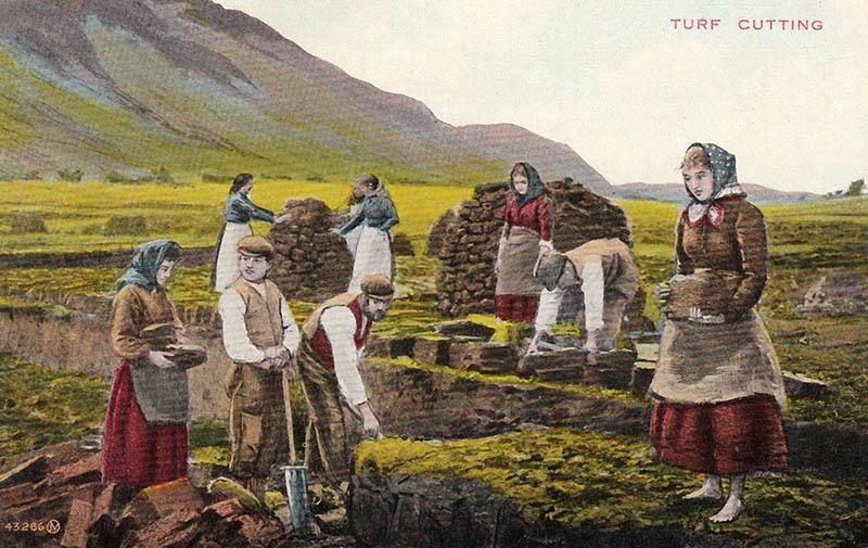 mehrere Torfstecher bei ihrer Arbeit in einem Torfstich