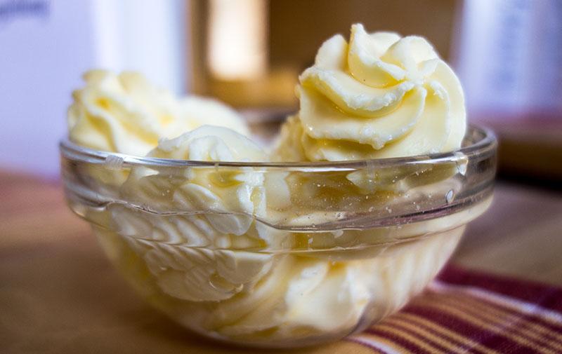Farbfoto: Butter in Glasschälchen