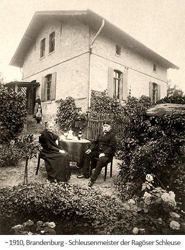 sw Foto: Schleusenmeister u. Familie im Schleusenhausgarten ~1910