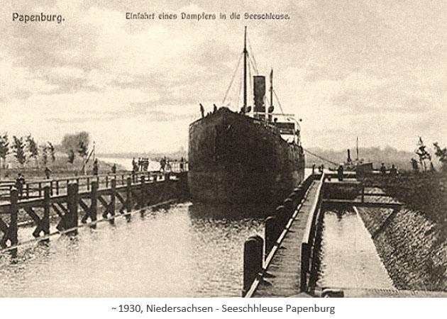 sw Fotopostkarte: Einfahrt eines gr. Dampfers in die Seeschleuse Papenburg ~1930