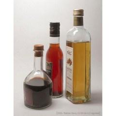 Farbfoto: Essig (braun, rose, gelb) in Glasflaschen - 2006