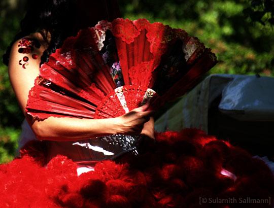 Farbfoto: Frau mit rotem Fächer (I) - 2009