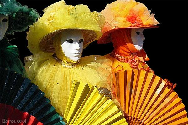 Farbfoto: 3 Theaterfiguren mit Maske und Fächer - 2017