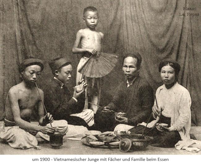sw Fotopostkarte: stehender Junge mit Fächer u. beim Essen sitzende Familie ~1900, Vietnam
