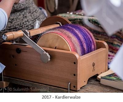 Farbfoto: moderne handliche Kardierwalze - 2017