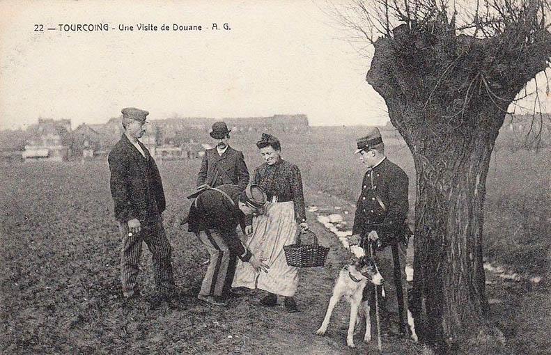 sw-AK: zwei Zöllner mit Hund untersuchen Leute auf dem Feld