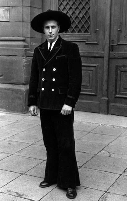 sw-Foto: junger Mann in Zimmermmannskleidung