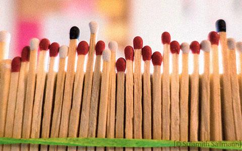 Farbfoto: aufgereihte Streichölzer im Hellen