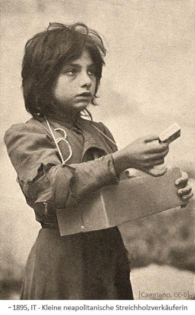 sw Foto: kleine neapolitanische Streichholzverkäuferin mit Karton als Bauchladen ~1895, IT