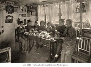 sw Fotopostkarte: Oma u. Mutter nebst 6 Kindern zupfen an Tisch sitzend Wolle ~1910
