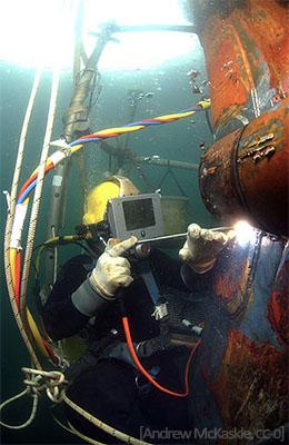 Farbfoto: Taucher beim Unterwasserschweißen - 2007, USA