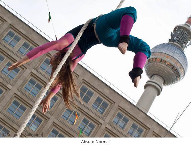 Farbfoto: rückwärts in Seil eingedreht hängende Akrobatin - 2010,Berlin