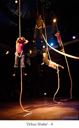 Farbfoto: 4 in der Luft hängende Seilakrobatinnen - 2010, Berlin