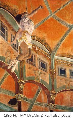 Akrobatin hängt am Seil unterm Zirkuszelt