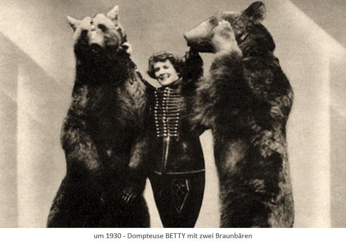 sw Fotopostkarte: Dompteuse zwischen 2 aufgerichteten Braunbären ~1930