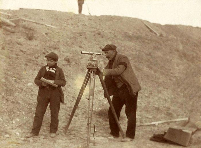 altes Foto: zwei Landvermesser beim ausmessen