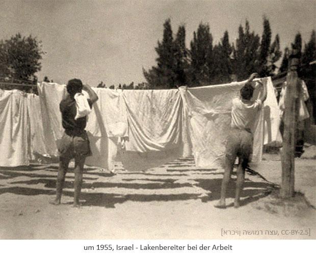 sw Foto: 2 israelische Lakenmacher hängen Laken im Freien auf ~1955