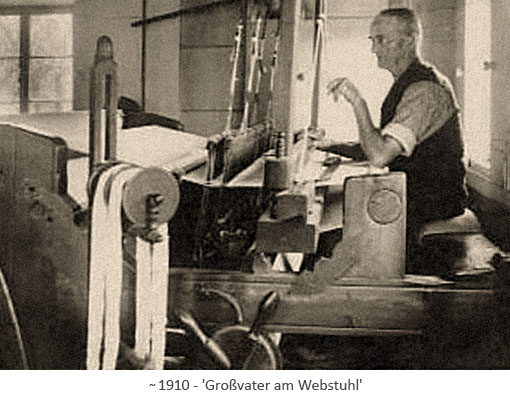 sw Foto: Großvater am Webstuhl arbeitend ~1910