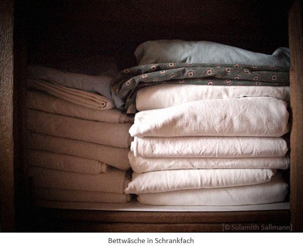 Farbfoto: Bettwäsche in Schrankfach