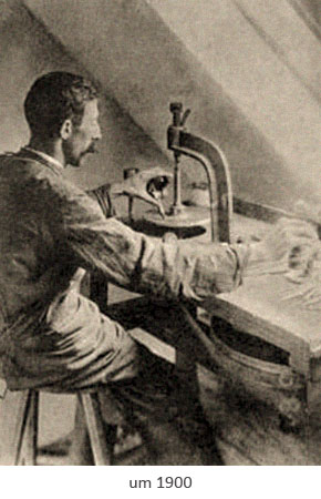 sw Foto: Edelsteinschleifer an horizontaler Schleifschebe ~1900