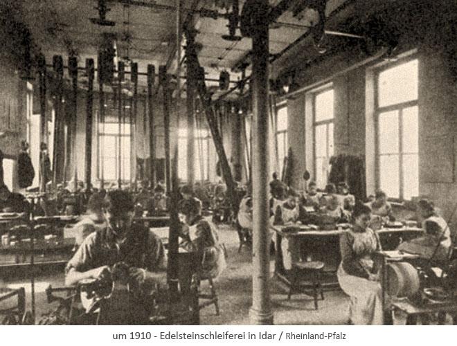 sw Foto: beschäftigte Frauen und Männer in Großraumwerkstatt der Edelsteinschleiferei in Idar ~1910
